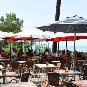Terrasse du restaurant avec les parasols